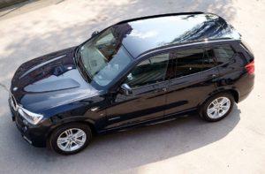 Glänzendes Auto dank hochwertigen Pflegemitteln wie Autowachs